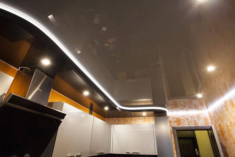 Двухуровневый натяжной потолок с подсветкой на кухне 14 м2