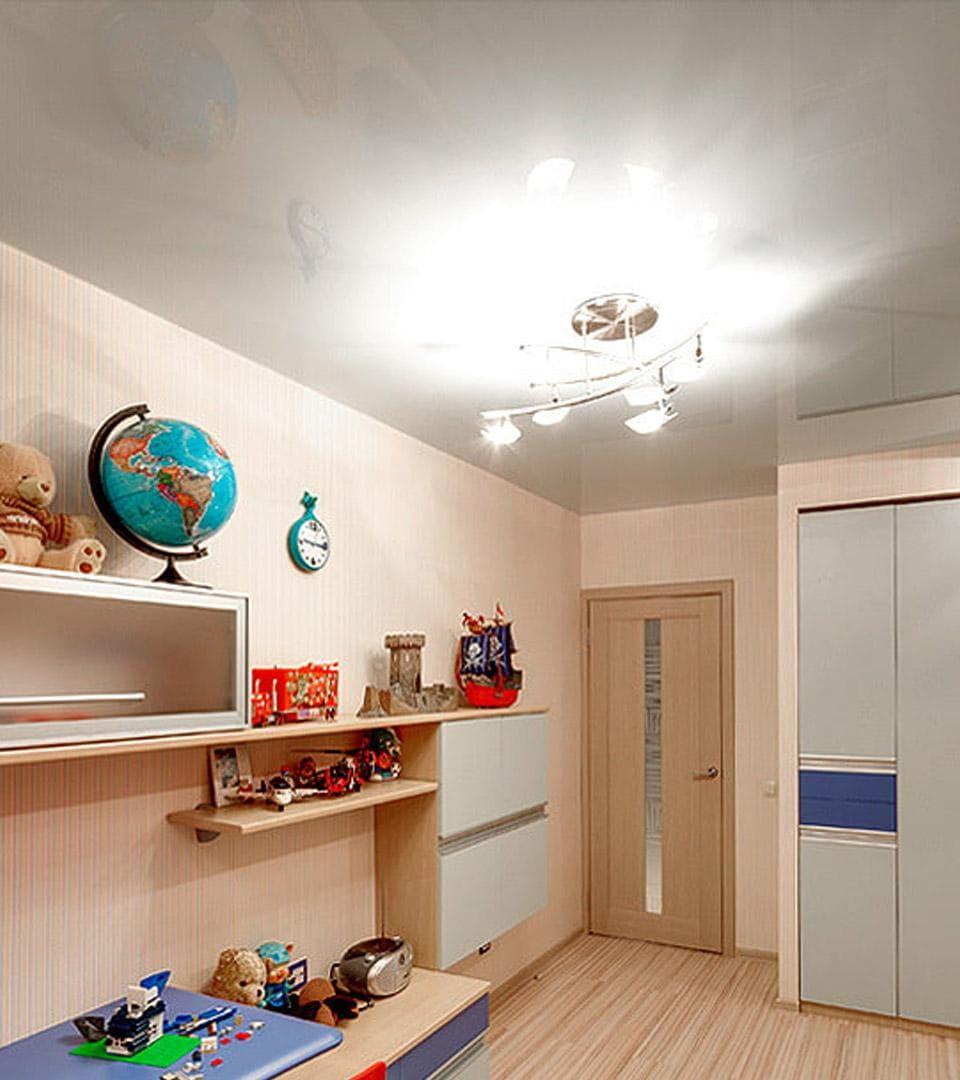 Глянцевый натяжной потолок в детской 16 м2 2