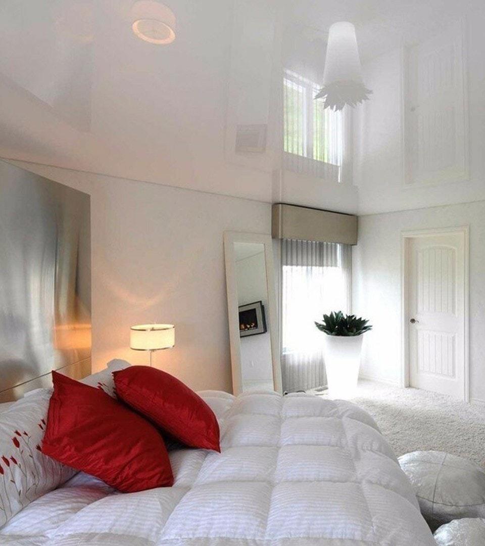 Глянцевый натяжной потолок в спальне 17 м2 2