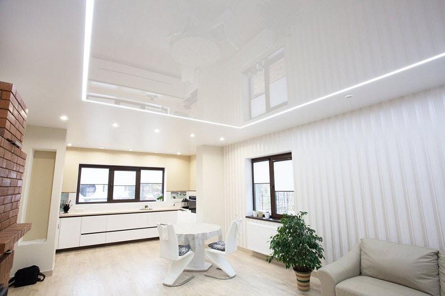 Натяжные потолки световые линии в гостиной 23 м2