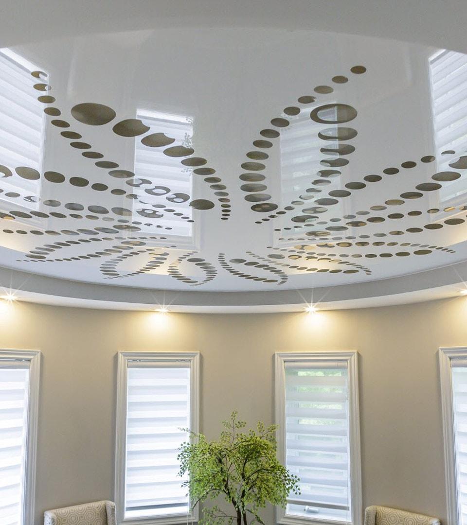 Резной натяжной потолок в гостиной 20 м2 1
