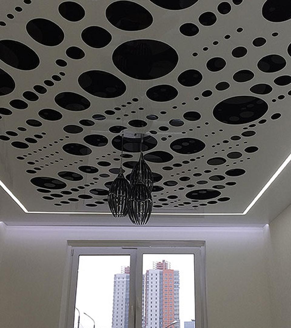 Резной натяжной потолок в гостиной 18 м2 3