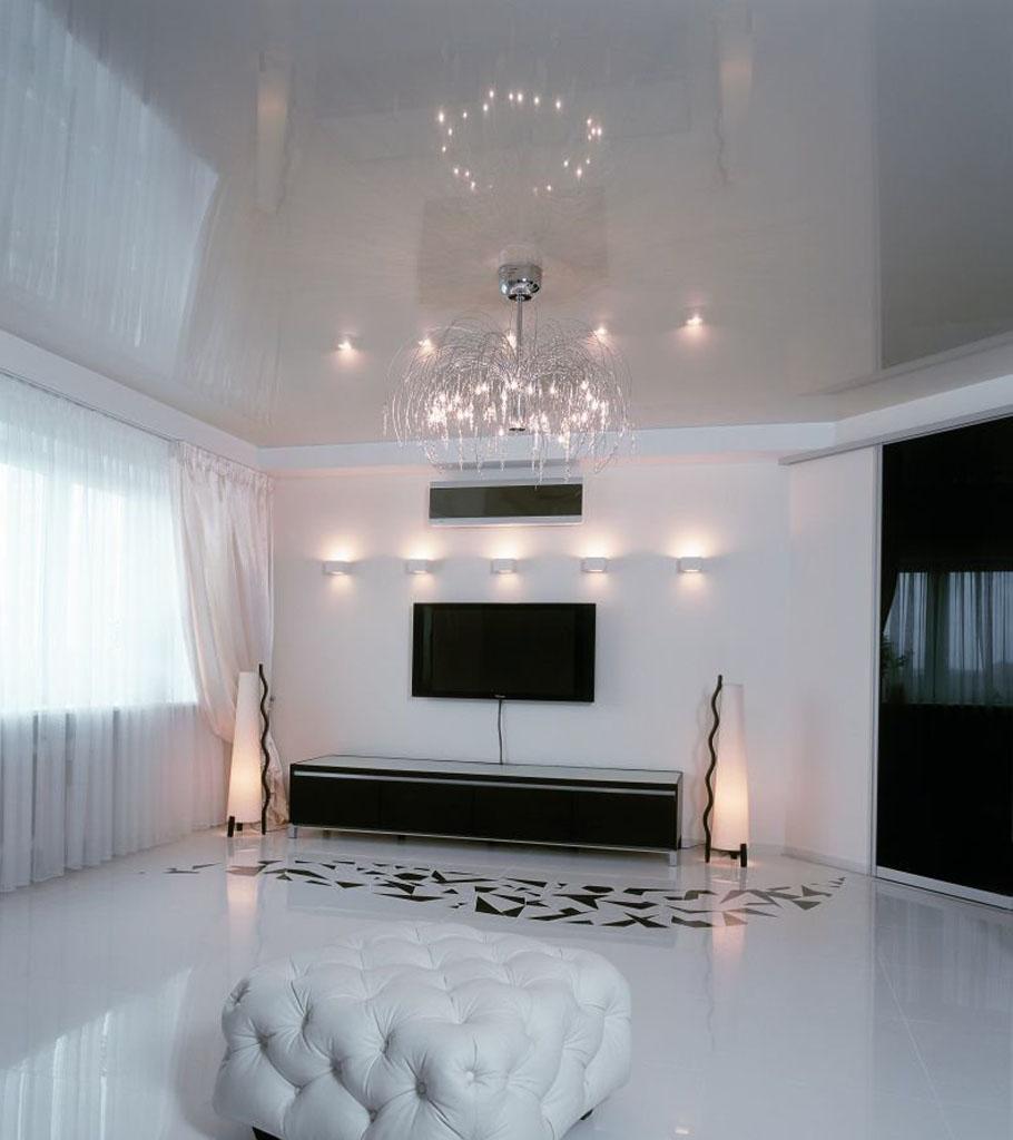 Глянцевый натяжной потолок в гостиной 22 м2 1