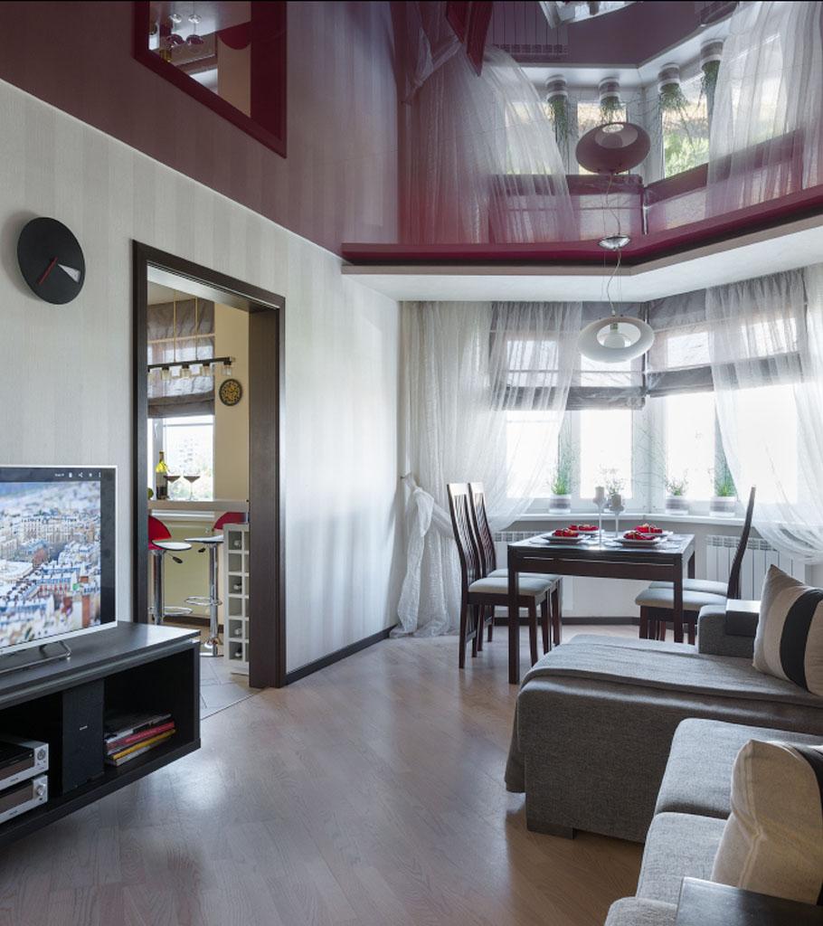 Глянцевый натяжной потолок в гостиной 19 м2 1