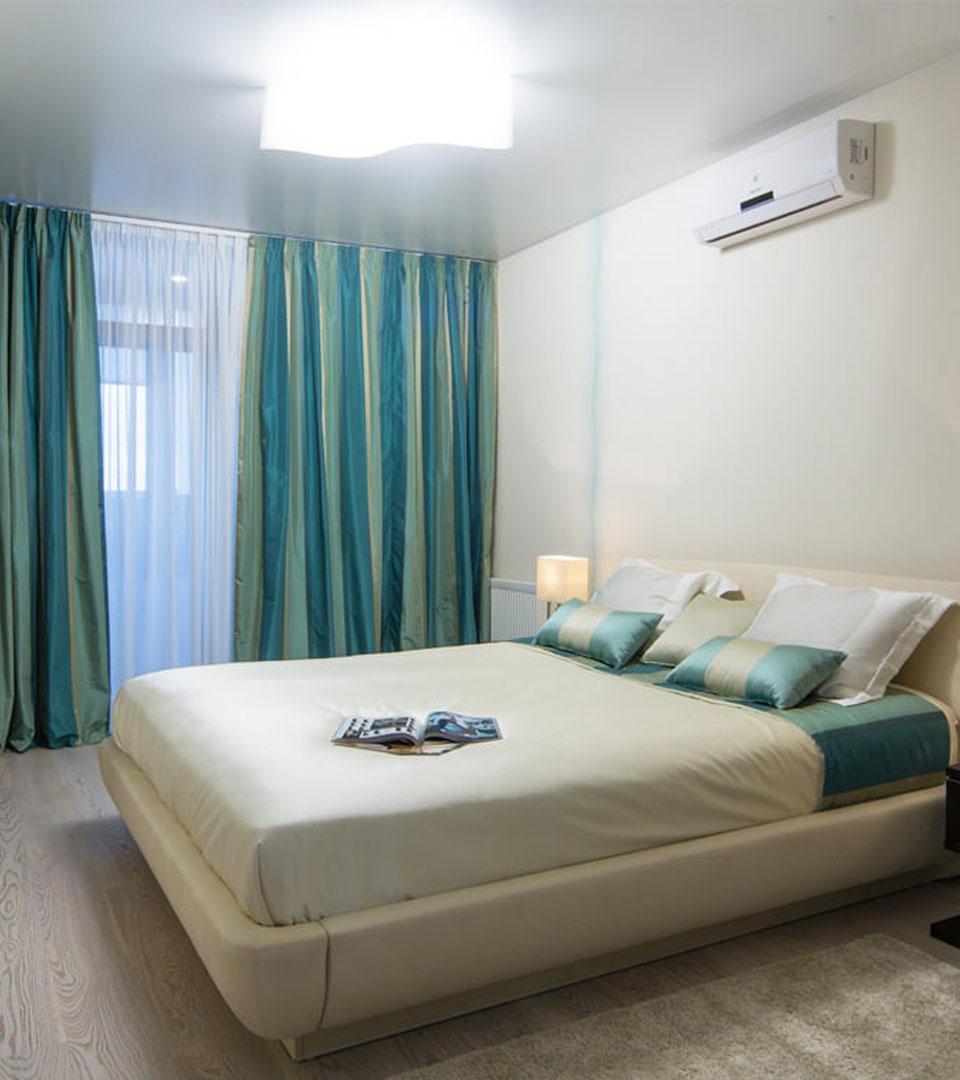 Сатиновый натяжной потолок в спальной 16.5 м2 1